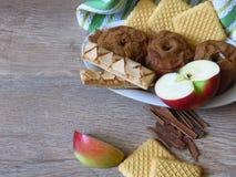 Mele dei fress e al forno, biscotti e cannella sul fondo rustico di legno di quercia di stile Bio- prima colazione organica legge immagine stock libera da diritti