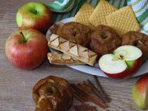 Mele dei fress e al forno, biscotti e cannella sul fondo rustico di legno di quercia di stile Bio- prima colazione organica legge immagini stock libere da diritti