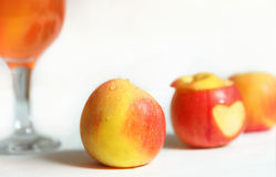 Mele di Frish e succo di mele per il giorno di biglietti di S. Valentino Fotografie Stock Libere da Diritti