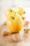 Mele di mela golden con le mandorle su legno Fotografie Stock