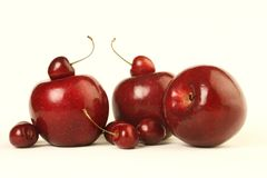 Mele e ciliege rosse Fotografia Stock