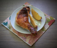 Mele e coscia di pollo su una tavola di legno Fotografia Stock