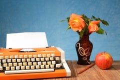 Mele e fiori della macchina da scrivere in un vaso Immagini Stock Libere da Diritti