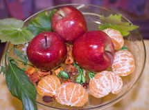 Mele e mandarini rossi in vaso Fotografie Stock