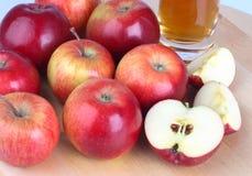 Mele e succo di mele freschi Immagini Stock Libere da Diritti