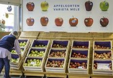 Mele fresche Melinda degli agricoltori al mercato all'aperto locale Marlene, sopportata nel 1995, è una del prima e marche più fa fotografia stock
