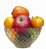 Mele, mandarini e cachi in vaso isolato Immagine Stock