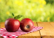 Mele mature rosse sulla tavola di legno Immagine Stock Libera da Diritti