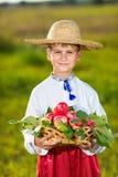 Mele organiche dell'agricoltore della tenuta felice del ragazzo in Autumn Garden Fotografia Stock Libera da Diritti