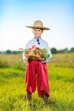 Mele organiche dell'agricoltore della tenuta felice del ragazzo in Autumn Garden Fotografia Stock