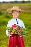 Mele organiche dell'agricoltore della tenuta felice del ragazzo in Autumn Garden Immagini Stock
