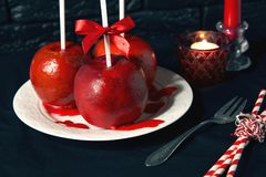Mele rosse casalinghe del rivestimento del caramello sull'bastoni per il Natale ed il nuovo anno Immagini Stock Libere da Diritti