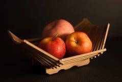 mele rosse in cestino di vimini Immagine Stock