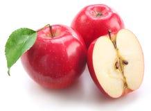 Mele rosse con il foglio e la metà della mela fotografia stock libera da diritti