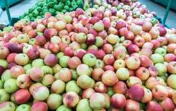 Mele rosse e verdi al mercato degli agricoltori Fotografie Stock Libere da Diritti