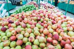 Mele rosse e verdi al mercato degli agricoltori Immagini Stock