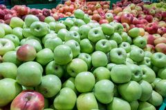 Mele rosse e verdi al mercato degli agricoltori Fotografie Stock