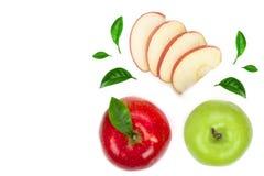 Mele rosse e verdi con le fette e foglie isolate su fondo bianco con lo spazio della copia per il vostro testo Vista superiore pi Fotografia Stock Libera da Diritti