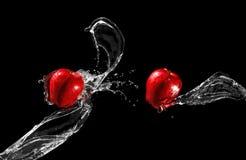 Mele rosse nel flusso dell'acqua Immagini Stock Libere da Diritti