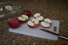Mele rosse su un tagliere da essere ingredienti in una torta o in un calzolaio in autunno fotografie stock libere da diritti