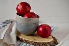 Mele rosse sul piatto ceramico grigio Fotografie Stock