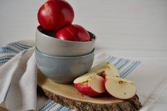 Mele rosse sul piatto ceramico grigio Stile country Fotografia Stock
