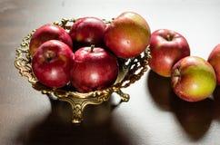 Mele rosse in un vaso bronzeo Fotografia Stock