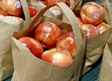 Mele rosse in una borsa marrone Fotografia Stock