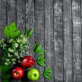 Mele su un fondo di legno Fotografia Stock Libera da Diritti