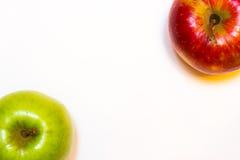 Mele succose, delizia, mature rosse e verdi su un fondo bianco Fotografia Stock Libera da Diritti