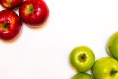 Mele succose, delizia, mature rosse e verdi su un fondo bianco Fotografie Stock Libere da Diritti