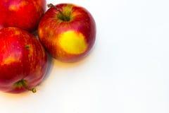 Mele succose, delizia, mature rosse su un fondo bianco Fotografia Stock