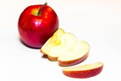 Mele succose, delizia, mature rosse su un fondo bianco Fotografia Stock Libera da Diritti