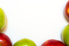 Mele succose, delizia, mature verdi e rosse su un fondo bianco Immagini Stock Libere da Diritti