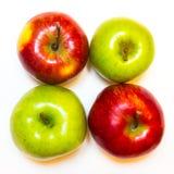 Mele succose, delizia, mature verdi e rosse su un fondo bianco Fotografia Stock Libera da Diritti