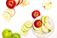 Mele succose, delizia, mature verdi e rosse su un fondo bianco Immagine Stock