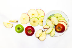 Mele succose, delizia, mature verdi e rosse su un fondo bianco Immagini Stock