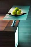 Mele sulla tabella della cucina bianca Fotografia Stock
