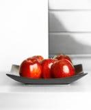 Mele sulla tabella della cucina bianca Fotografie Stock