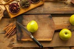 Mele sulla tavola di legno per cucinare Fotografia Stock