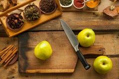 Mele sulla tavola di legno per cucinare Immagine Stock