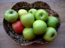 Mele in un canestro di vimini, frutta Fotografia Stock Libera da Diritti