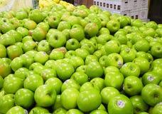 Mele verdi al mercato di frutta Immagine Stock