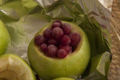 Mele verdi dolci con i mirtilli rossi Fotografia Stock Libera da Diritti