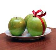 Mele verdi sul piatto Fotografia Stock