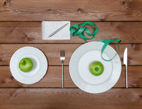 Mele verdi sul piatto con la forcella del coltello e nastro adesivo di misura Immagini Stock Libere da Diritti