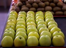 Mele verdi visualizzate nel negozio Fotografia Stock