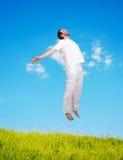 Melena joven feliz en el salto blanco en el mea hermoso Fotografía de archivo libre de regalías