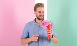 A melhor escolha O homem pronto para a data traz flores cor-de-rosa Data de espera de sorriso do ramalhete das posses do noivo Po imagem de stock