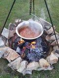 A melhor sopa de goulash húngara cozinhada no caldeirão imagens de stock royalty free